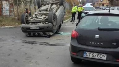 În urma impactului, una dintre mașini s-a răsturnat. FOTO SAJ Constanța