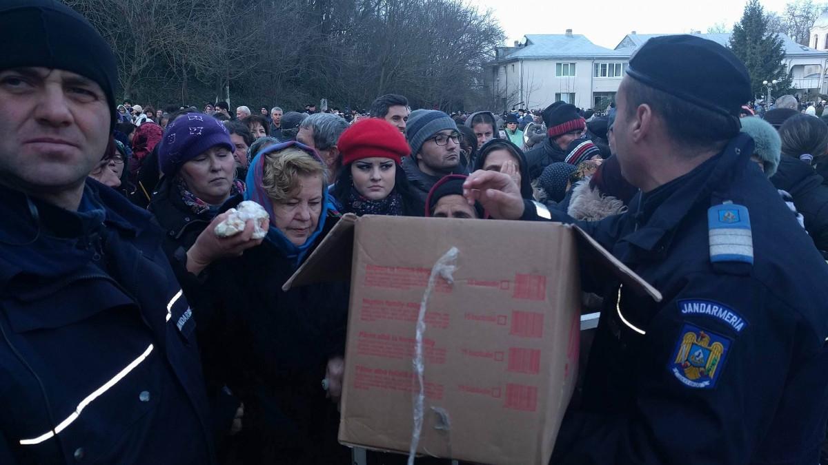 Jandarmii Grupării Mobile Tomis au ajutat împărțind anafura. FOTO Iulian Fotea