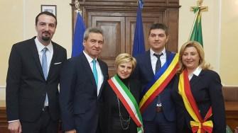 La Sulmona, Italia a fost semnatul documentul de înfrățire cu orașul Ovidiu. Ceremonia a fost prezidata de primarul din Sulmona, Annamaria Casini. Delegatia din Ovidiu a fost reprezentata de primarul George Scupra si viceprimarul Doru Cumpanasu. FOTO Primăria Ovidiu