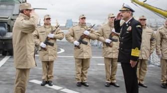Viceamiralul Alexandru Mîrșu a urcat la bordul navei pentru a-i felicita pe marinari. FOTO Cătălin Schipor