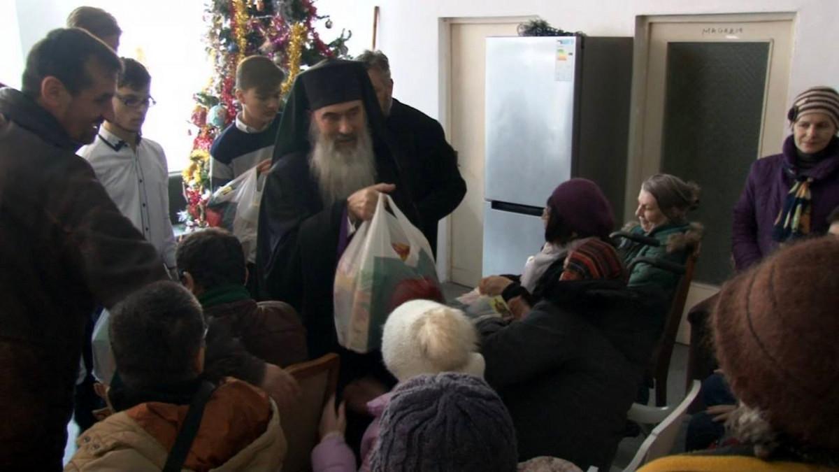 IPS Teodosie împreună cu elevii seminariști au împărțit cadouri