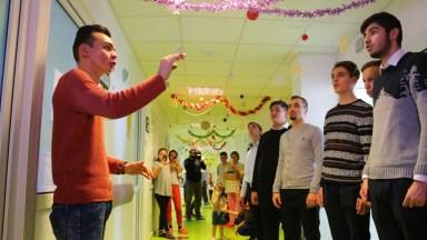 Elevii seminariști au cântat colinde pentru copii bolnavi