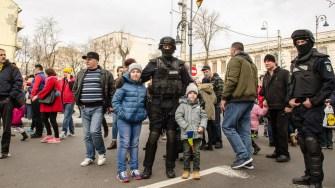 Copii s-au putut fotografia cu mascații de la jandarmerie. FOTO Cătălin Schipor
