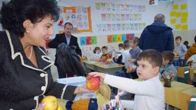 Copiii au ținut să îi mulțumească primarului Mariana Gâju, unul dintre ajutoarele lui Moș Crăciun.FOTO Primăria Cumpăna