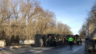 Șoferul unui TIR a reușit să se răstoarne și să blocheze un drum național.