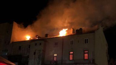 Flăcările au străpuns acoperișul imobilului. FOTO CTnews.ro