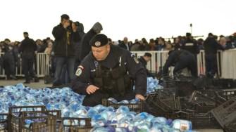 """Jandarmii Grupării Mobile """"Tomis"""" au împărțit oamenilor sticlele cu aghiazmă. FOTO Cătălin Schipor"""
