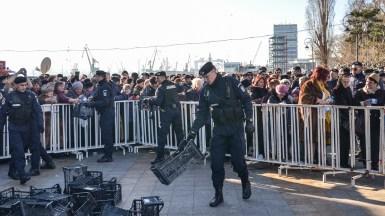 Într-o zonă oamenii se înghesuiau, în alta nu era aproape nimeni. FOTO Cătălin Schipor