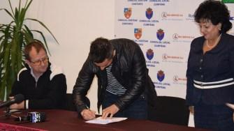 Vasilică Cristocea a semnat un contract pe durată nedeterminată cu CS Victoria Cumpăna. FOTO Primăria Cumpăna