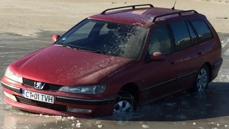 A încercat să conducă pe gheață, dar distracția îl va costa scump. FOTO Facebook/Parchez ca un bou