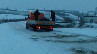 Ninge în tot județul Constanța, pe străzi fiind împrăștiat material antiderapant. FOTO RAJDP