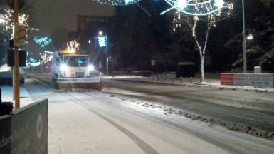 Utilajele cu lamă au dat la o parte zăpada de pe șosele. FOTO Primăria Constanța
