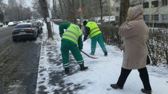 Angajații Polaris au îndepărtat zăpada și gheața în dreptul trecerilor de pietoni. FOTO Primăria Constanța