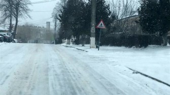 Zăpada așternută a îngreunat circulația pietonilor și autoturismelor