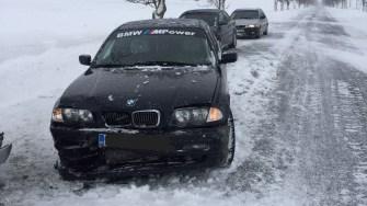 O depășire pe un drum acoperit cu zăpadă și vizibilitate redusă a provocat un accident rutier. FOTO IPJ Constanța