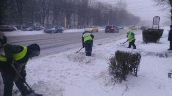 Angajații polaris au acționat și cu lopețile pentru a curăța zăpada. FOTO Primăria Constanța