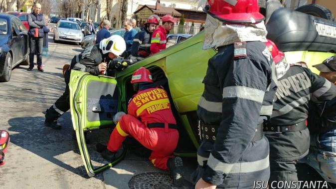 Mașină răsturnată pe strada Constantin Brătescu din Constanța. FOTO ISU Dobrogea