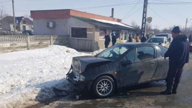 În urma impactului, mașina condusă de tânărul de 19 ani a fost serios avariată. FOTO IPJ Constanța