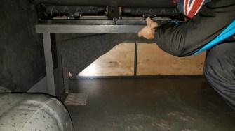 Migranții ilegali erau trecuți peste granițe ascunși sub banchetele din microbuze. FOTO Poliția de Frontieră