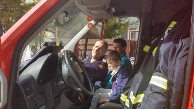 Copii s-au jucat în autospeciala pompierilor cu care au fost aduse darurile. FOTO ISU Dobrogea