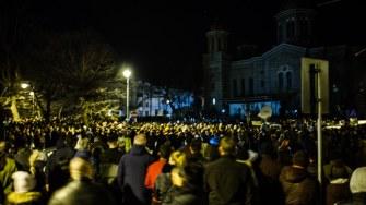 Lumina învierii a ajuns la constănțenii strînși la Arhiepiscopie. FOTO Cătălin Schipor
