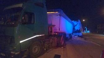 În urma impactului, cabina TIR-ului a fost distrusă. FOTO ISU Dobrogea