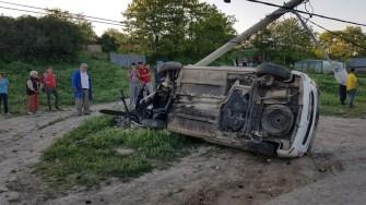 Șoferul beat s-a răsturnat cu mașina și a doborât un stâlp. FOTO IPJ Constanța
