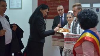 Invitații străini au fost primiți în modul tradițional românesc: cu pâine și sare. FOTO Cătălin SCHIPOR