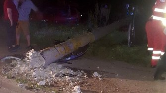 Impactul a fost atât de puternic încât a dărâmat stâlpul de beton. FOTO IPJ Constanța