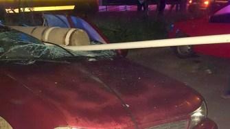 Impactul a fost atât de puternic încât a dărâmat stâlpul de beton care a căzut pe mașină. FOTO IPJ Constanța