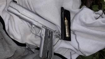 Pistolul folosit de suspect a fost găsit de către polițiștii de frontieră. FOTO Poliția de Frontieră
