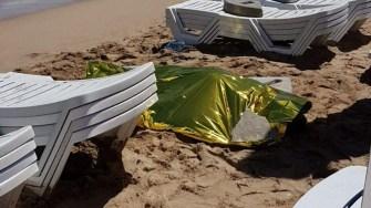 Victima a fost scoasă din valuri de turiștii. FOTO Eforieonline