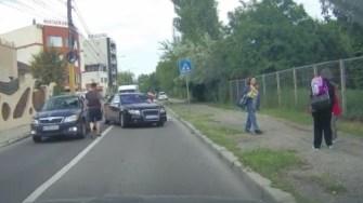 Polițiștii lucrează la identificarea conducătorului auto. FOTO Captură Video/ Facebook Parchez ca un bou