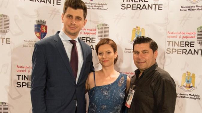 City Manager-ul Bogdan Moșescu (stanga), prezentatorul Mădălina Stancu și Directorul Casei de Cultură, Florin Oprică. FOTO Alexandru Bran