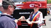 Primarul Dorinela Irimia primește cheile mașinii de pompieri. FOTO Adrian Boioglu