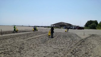 Angajații Polaris au curățat și igienizat plaja Modern și zona adiacentă. FOTO Polaris M Holding
