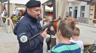 Copii s-au putut juca și fotografia cu echipamentele de intervenție. FOTO Cătălin SCHIPOR