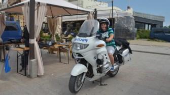 Nici motocicletele de intervenție nu au scăpat de atenția copiilor. FOTO Cătălin SCHIPOR