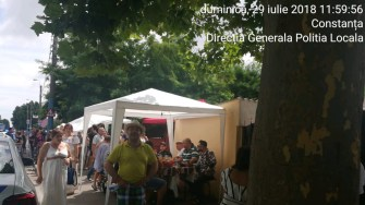 Petrecerea s-a mutat din curte pe trotuar și pe bulevard. FOTO DGPL Constanța