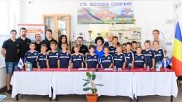 Primărița Mariana Gâju și micii sportivi. FOTO Primăria Cumpăna