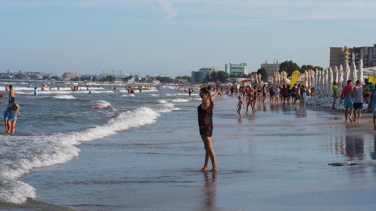 plaja litoral turisti