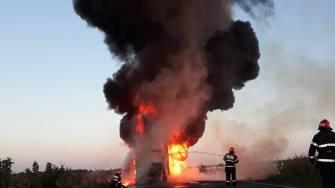 Un camion a luat foc în mers și a ars ca o torță. FOTO ISU Dobrogea