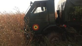 Camionul armatei s-a oprit pe câmp. FOTO IPJ Constannța