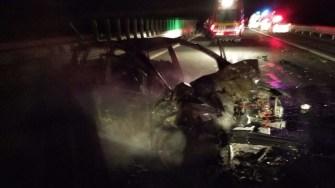 Autoturismul implicat în accident a fost distrus de flăcări. FOTO ISU Dobrogea