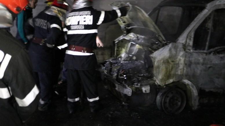 Camion distrus de flăcări pe strada Soarelui din Valu lui Traian. FOTO Adrian Boioglu / CTnews.ro