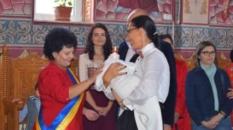 Copiii proaspăt botezați au primit de la primarul Mariana Gâju câte o iconiță. FOTO Primăria Cumpăna