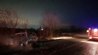 În urma accidentului, autoturismul a luat foc. FOTO ISU Dobrogea