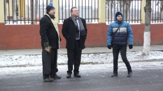 Primarul din Albești, Gheorghe Moldovan, alături de preotul din localitate. FOTO CTnews.ro