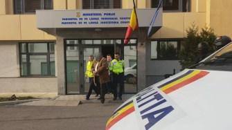 Suspectul a fost dus de către polițiști la instanța de judecată. FOTO IPJ Constanța