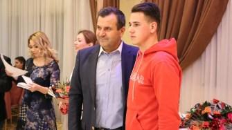 Valentin Vrabie i-a premiat pe tinerii care au împlinit 18 ani. FOTO Adrian Boioglu